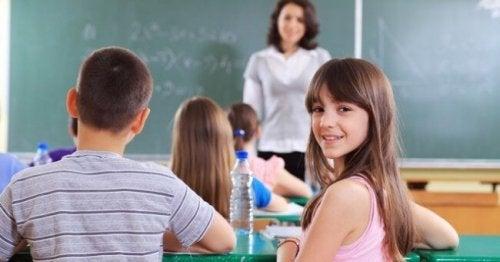 Les enfants trop bavards en classe ont souvent des difficultés d'attention et de concentration.