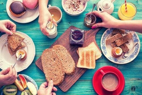 Prendre un petit déjeuner nutritif en famille encourage les enfants à manger et goûter aux nouveaux aliments.