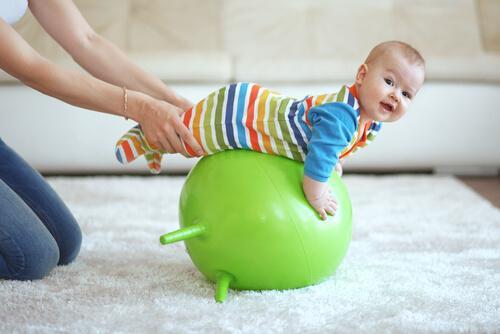Les tapis d'éveil pour bébés stimulent leurs sens et augmente leur créativité.