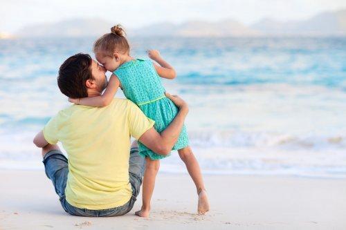 Un père et sa fille sur la plage complexe d'Électre