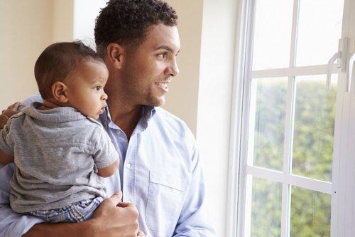 Un père profite de son congé paternité