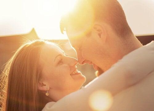 La sexualité après l'accouchement demande du temps et de la patience pour retrouver un climat d'intimité émotionnelle au sein du couple.