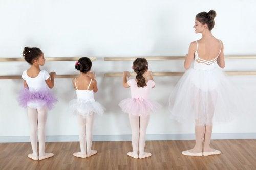 La danse pour les enfants est un moyen d'exprimer leur créativité et de travailler tous les muscles de leur corps.