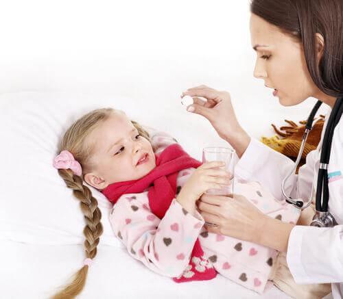 Un docteur soigne une angine