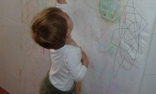 Avec l'aide de tableau à craie et de grandes feuilles cartonnées, on peut éviter que les enfants dessinent sur les murs.