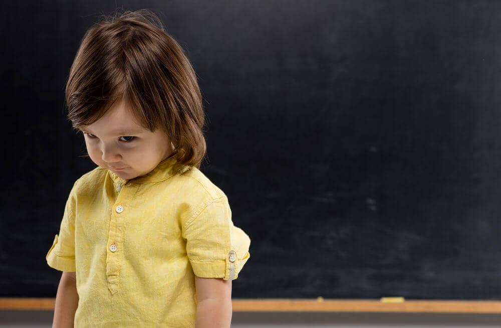 Un jeune enfant timide à l'école.