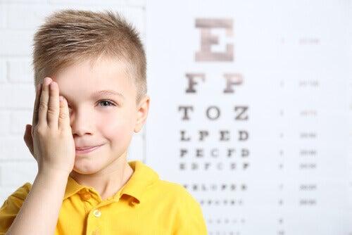 L'hypermétropie chez les enfants peut être corrigée avec l'aide de plusieurs techniques.