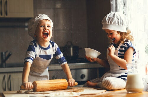 Des enfants qui s'amusent en cuisine