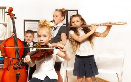Des enfants en train de jouer en groupe