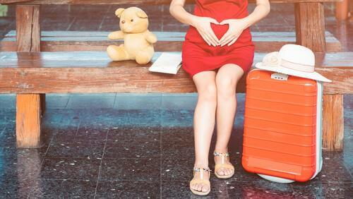Une femme enceinte est assise sur un banc