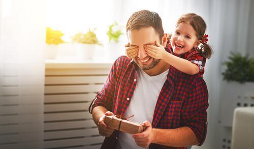 Une fille fait une surprise à son père