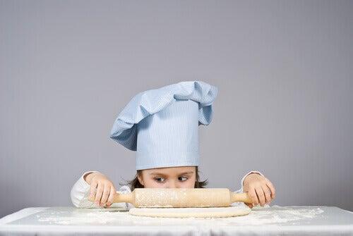 Une fille roule une pâte
