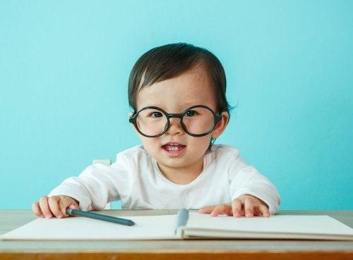 L'hypermétropie chez les enfants les empêche de pouvoir se concentrer pendant un certain temps.