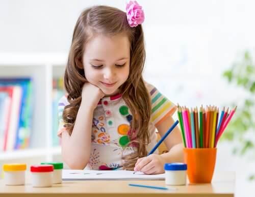 Une fille colorie des mandalas