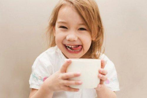 Une fille qui se régale en buvant un café