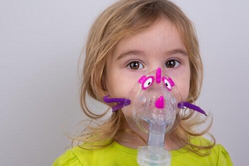 Une fille reçoit une vaporisation