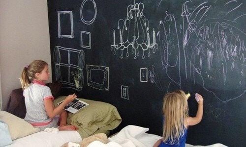 Eviter que les enfants dessinent sur les murs est un défi quotidien pour les enfants quand leurs petits ont l'âge de dessiner.