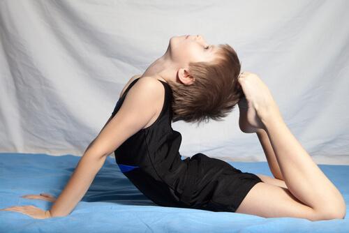 Un enfant s'exerce