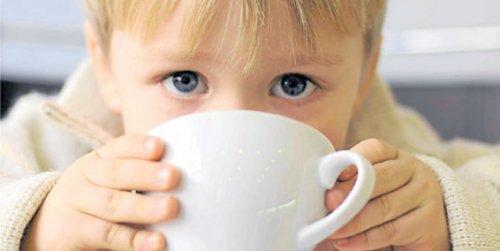 Un enfant boit du café