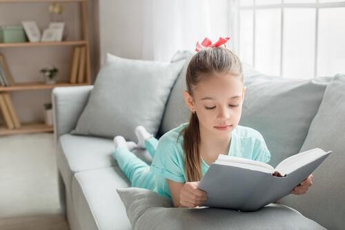 Une fille en train de lire
