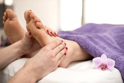 Faire des massages doux et réguliers évite d'avoir les pieds gonflés pendant la grossesse.