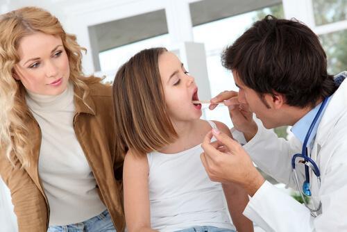 Une fille se fait ausculter par le médecin