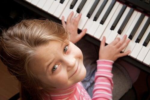 Transmettre l'importance de l'art à travers la musique par exemple aidera l'enfant à exprimer ses sentiments et ses pensées.