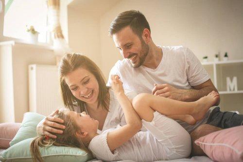 Des parents passent un bon moment avec leur enfant