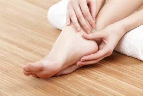 Les pieds gonflés pendant la grossesse sont dus à une accumulation excessive de liquide dans les tissus.