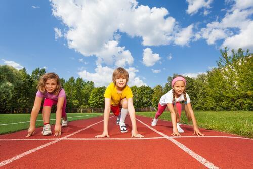 Des enfants disputent une course