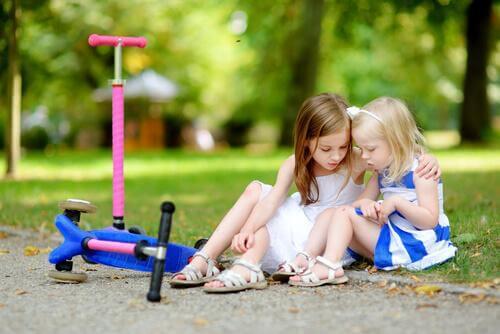 Deux filles s'entre-aident
