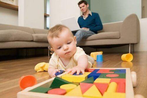 un bebe explore le sens du toucher