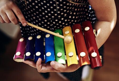 Un enfant qui joue du xylophone de la musique classique