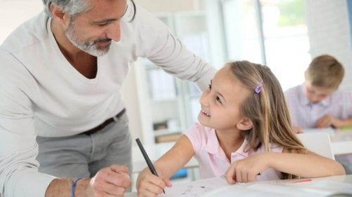 Un père aide sa fille à faire ses devoirs