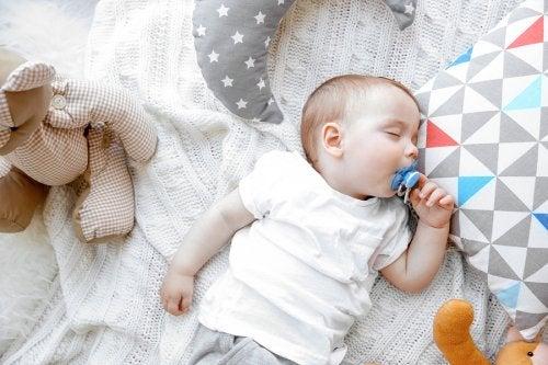 Des études ont démontré que dormir avec la tétine diminuait les risques de mort subite du nourrisson.