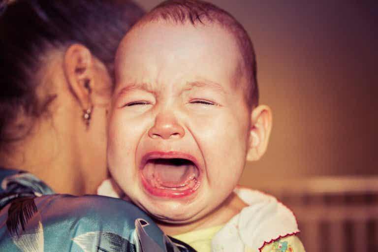 Pourquoi mon bébé se réveille toujours en pleurant ?
