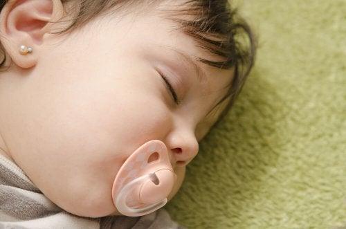 Dormir avec la tétine peut être très bénéfique pour les bébés qui sont agités et ne trouvent pas facilement le sommeil.
