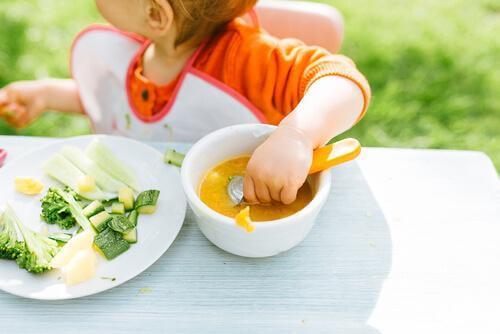 L'alimentation autonome du bébé : le laisser apprendre à manger seul ?