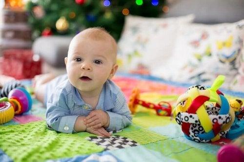 Les avantages du tapis d'éveil pour les bébés