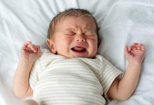 Les bébés peuvent pleurer en dormant