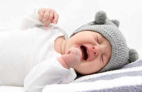 Est-ce que les bébés peuvent pleurer en dormant ?