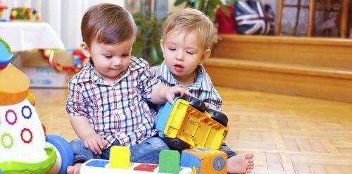 Dès le dixième mois de vie du bébé, il apprécie jouer avec d'autres enfants ou avec ses parents.
