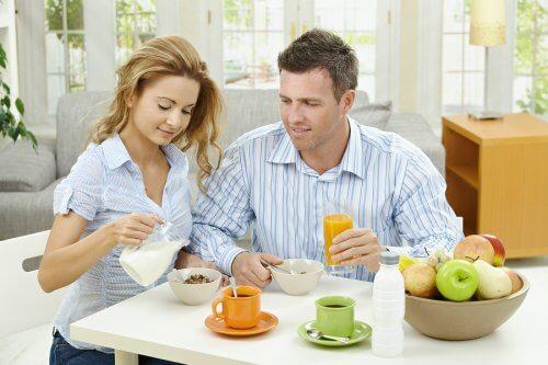 Un couple prend le petit-déjeuner