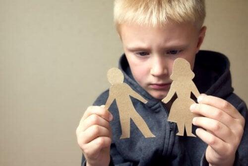 Un enfant triste de la séparation de ses parents