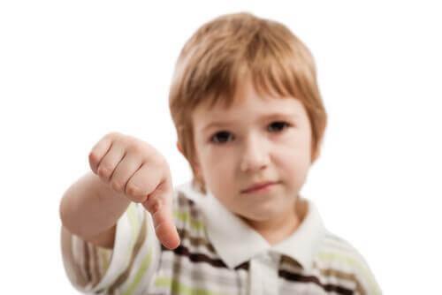 Les enfants ayant vécu un manque d'affection dans l'enfance peuvent avoir des difficultés à exprimer leurs sentiments.
