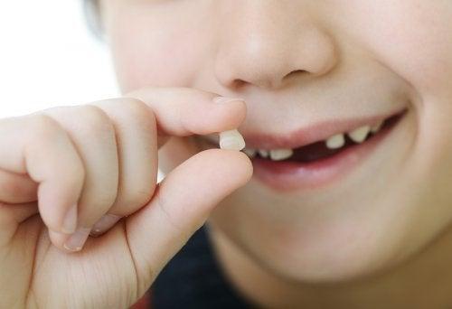 Rêver que les dents tombent peut avoir plusieurs sens et souligner un manque de sécurité et de confiance en soi.
