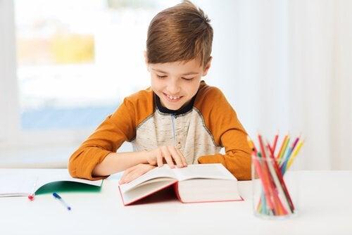 La motivation scolaire dépend de facteurs internes et externes à l'élève.