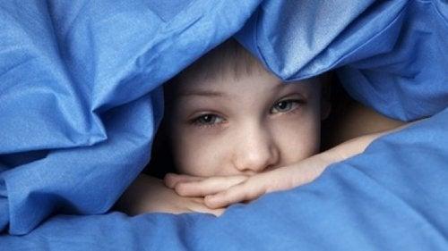 Le somnambulisme fait partie des troubles du sommeil chez les enfants, qui peut disparaître sans besoin de traitement.