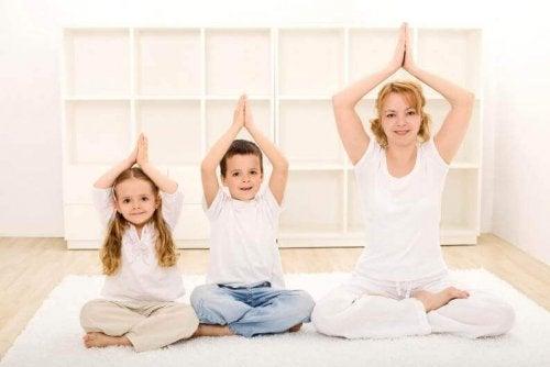 Le yoga fait partie des exercices de relaxation pour enfants qui contribuent à relaxer le corps et l'esprit en même temps.