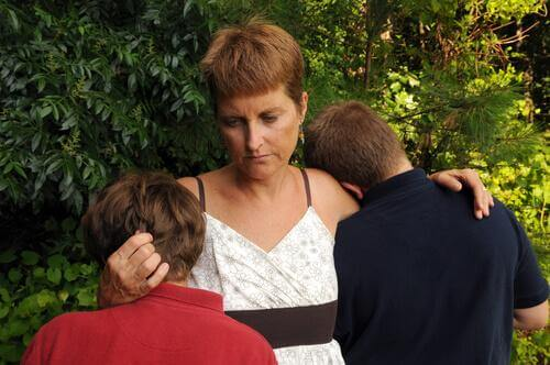 Une mère console ses enfants